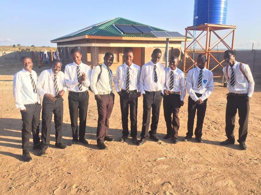Det andre skoletrimesteret i Zimbabwe er nå i gang, og denne gangen har vi sendt hele 54 barn tilbake på skolebenken! På samme tid i fjor hadde vi 32 barn på skolen, så folkens - det nytter faktisk! Tusen takk til alle sponsorene våre som gir barna våre denne muligheten! Har du lyst til å bli med å hjelpe enda flere barn til en utdanning? Meld deg som sponsor ved å kontakte oss på sponsor@hopeproject.no, og bli med å gjør fremtiden til enda flere barn litt lysere! Ingen kan gjøre alt, men alle kan gjøre litt!<3
