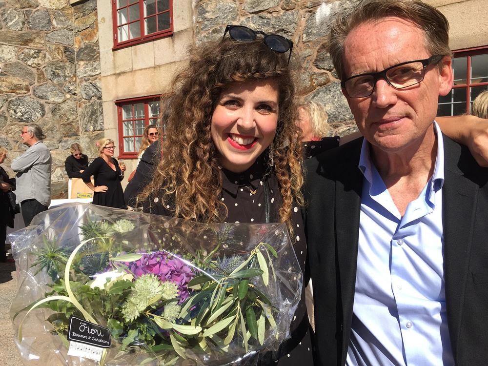 Pristagare Julia Lindemalm och jurymedlemmen Roger Turesson vid prisutdelningen på Strandverkets Konsthall i Marstrand. Foto: Lena Kvist/Borås Tidning