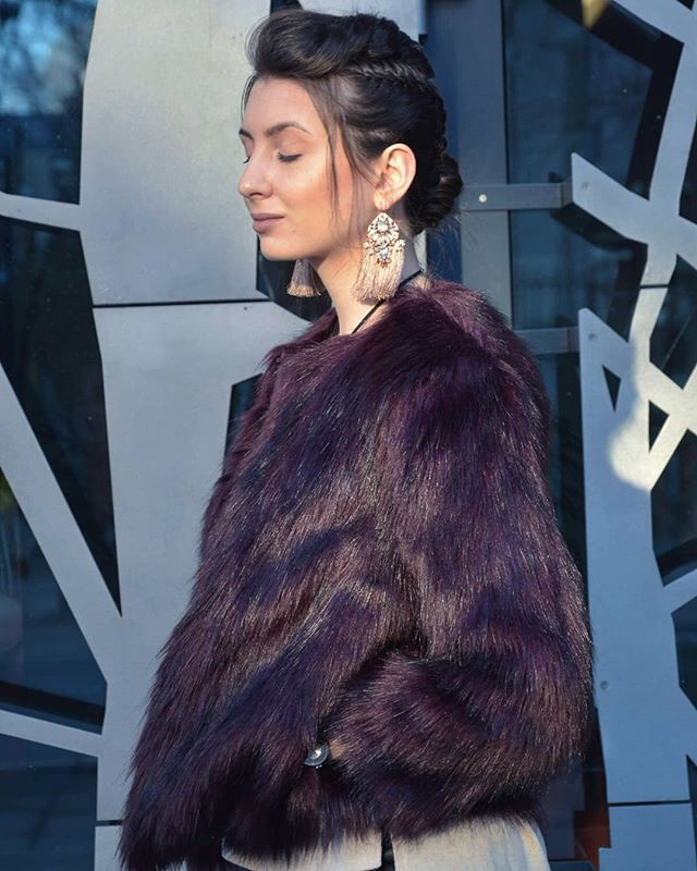 D o t h e U n t h i n k a b l e 💪💜#myphilosophy French braid by @braiding_stories 👑 📷 by @adrianapintrijelphotography ✨ . . . . #fauxfur #burgundy #frenchbraid #braids