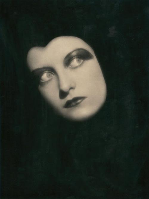 Got A Girl Crush On:Chateau Thombeau: Joan Crawford, 1928 (viagoldgrass)