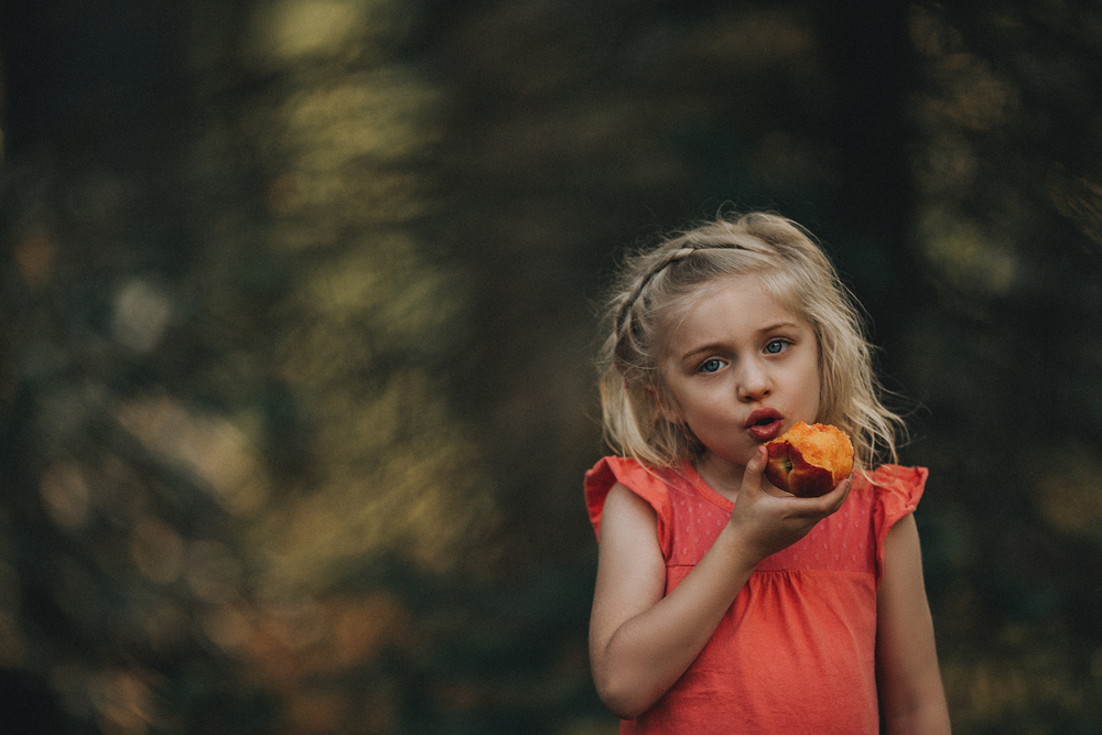 Hello-olivia-photography-long-island-family-children-childrens-lifestyle-photographer-peaches-spring-eating.jpg