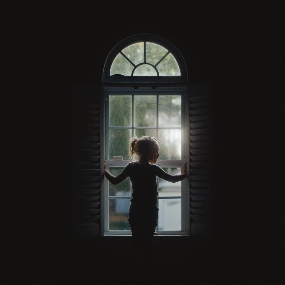 long-island-photographyer-hello-olivia-photography-window-silhouette.jpg