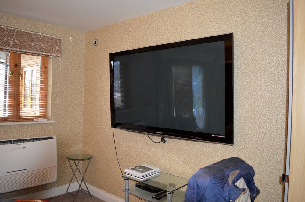 """67""""_flatscreen_tv_the_town_house_city_center_hotel_with_hot_tub_durham_elle_blonde_luxury_lifestyle_blog"""