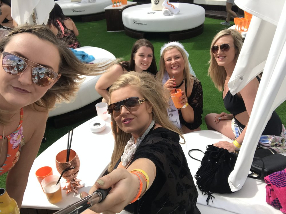 ocean_beach_club_ibiza_the_ultimate_ibiza_weekender_hen_party_veuve_clicquot_havana_club_round_bed_absolut_elyx_copper_pineapple_elle_blonde_luxury_lifestyle_blog