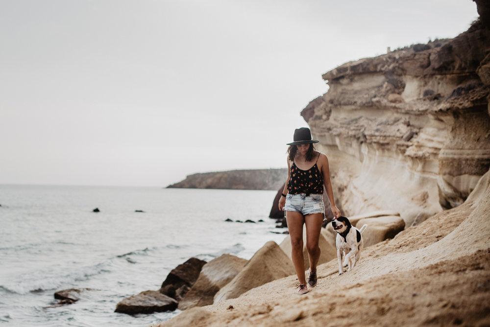 mujer-paseando-perro-playa.jpg