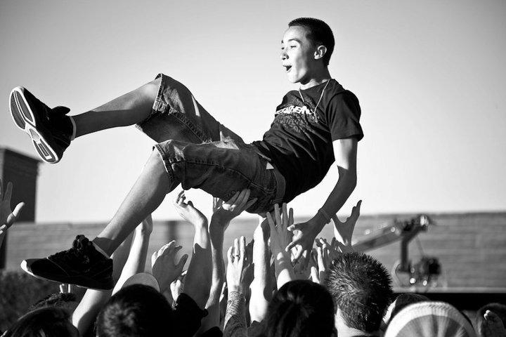 concert-crowd-surfing