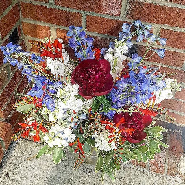 Happy 4th of July!!! xoxoxo #redwhiteandblue #independenceday #bbq #peonies #delphinium #centerpieces #floralsubscription #flowerdelivery #raleighflowers #raleighflorist #oakcity