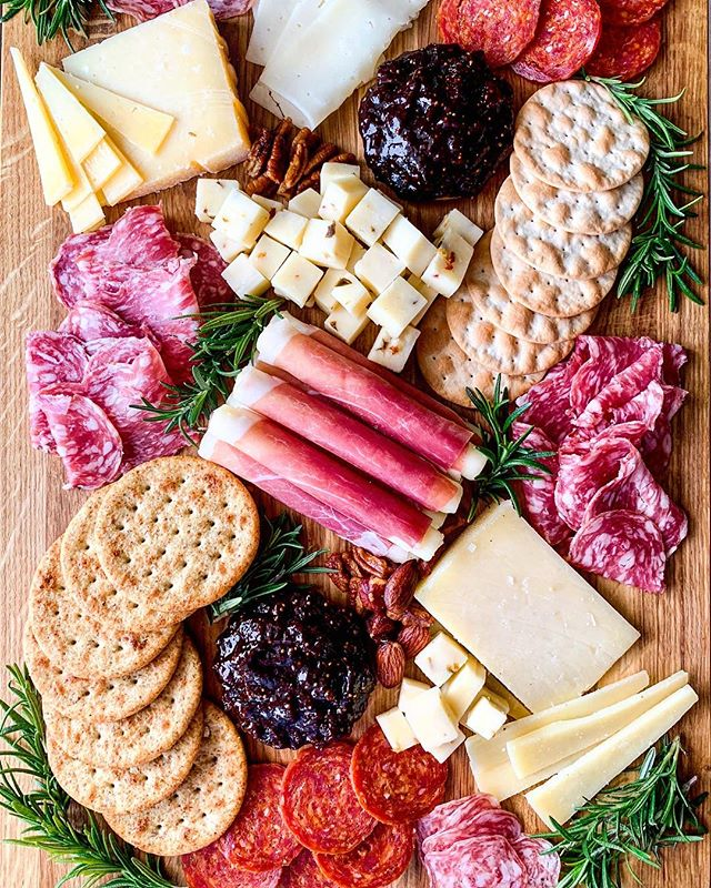 ✨ Holiday Charcuterie Board ✨ Assortment of prepared meats, cheese and crackers. This is the perfect platter to bring to a party if you're tight on time and @luckysmarket has a selection of ready-to-serve ingredients that can easily create a beautiful presentation. I'll share what I purchased in my stories! #sponsored @luckysmarketfoodfriends