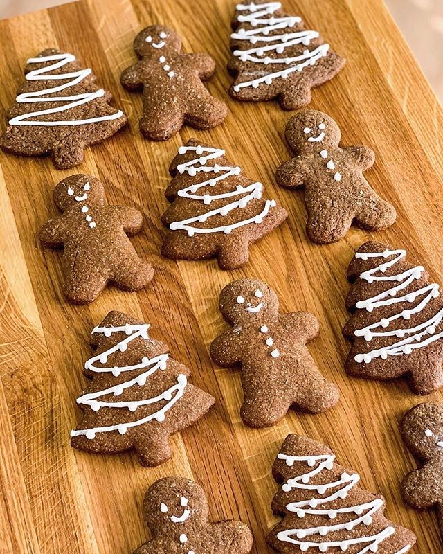 Gingerbread cookies are such a holiday classic. This was my first time baking from scratch and it def wasn't easy! I applaud anyone who is skilled at baking and I'm really glad I got to learn something new this season. See my IG stories/highlights for BTS photos.🎄 @luckysmarket #sponsored #luckysmarket #luckysmarketfoodfriends