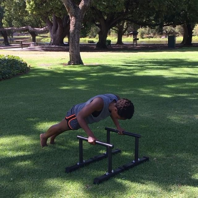 Mastering movements step by step allows the body to adapt in the correct way. Progressing your movements prematurely may cause  muscle imbalances which lead to injuries  The 3 videos above,show push up variations using the paralettes from the beginner stage to an advanced variation with @radiantenergypt 💪🏾Swipe👈🏾 Patience and consistent practice is 🔑 #fitgiants