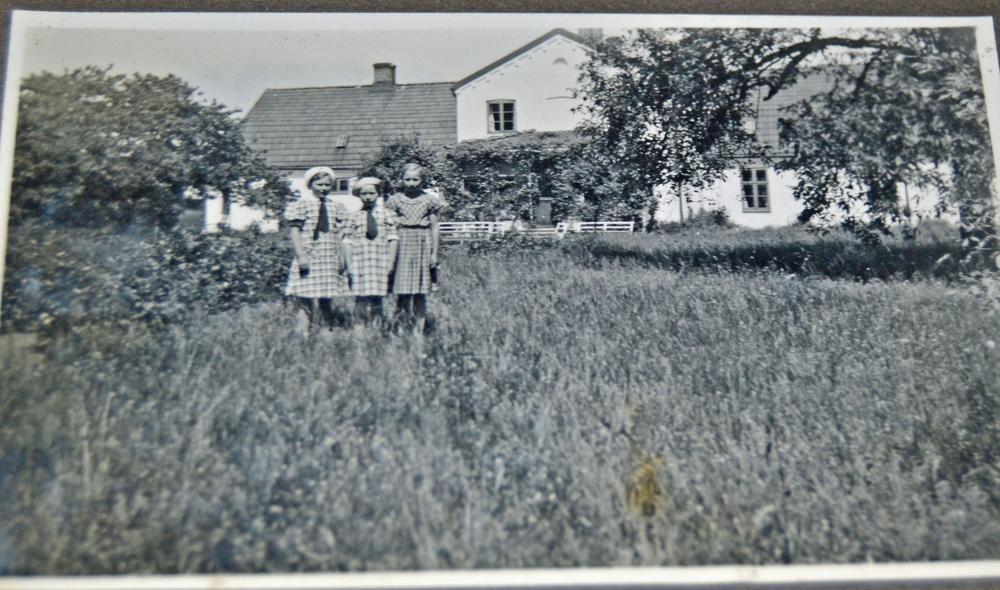 Fredriksbergs baksida med en ängsliknande parkträdgård. Bilden är från 1937 och det var ungefär så här nära tjänstefolkets barn fick vara mangårdsbyggnaden...