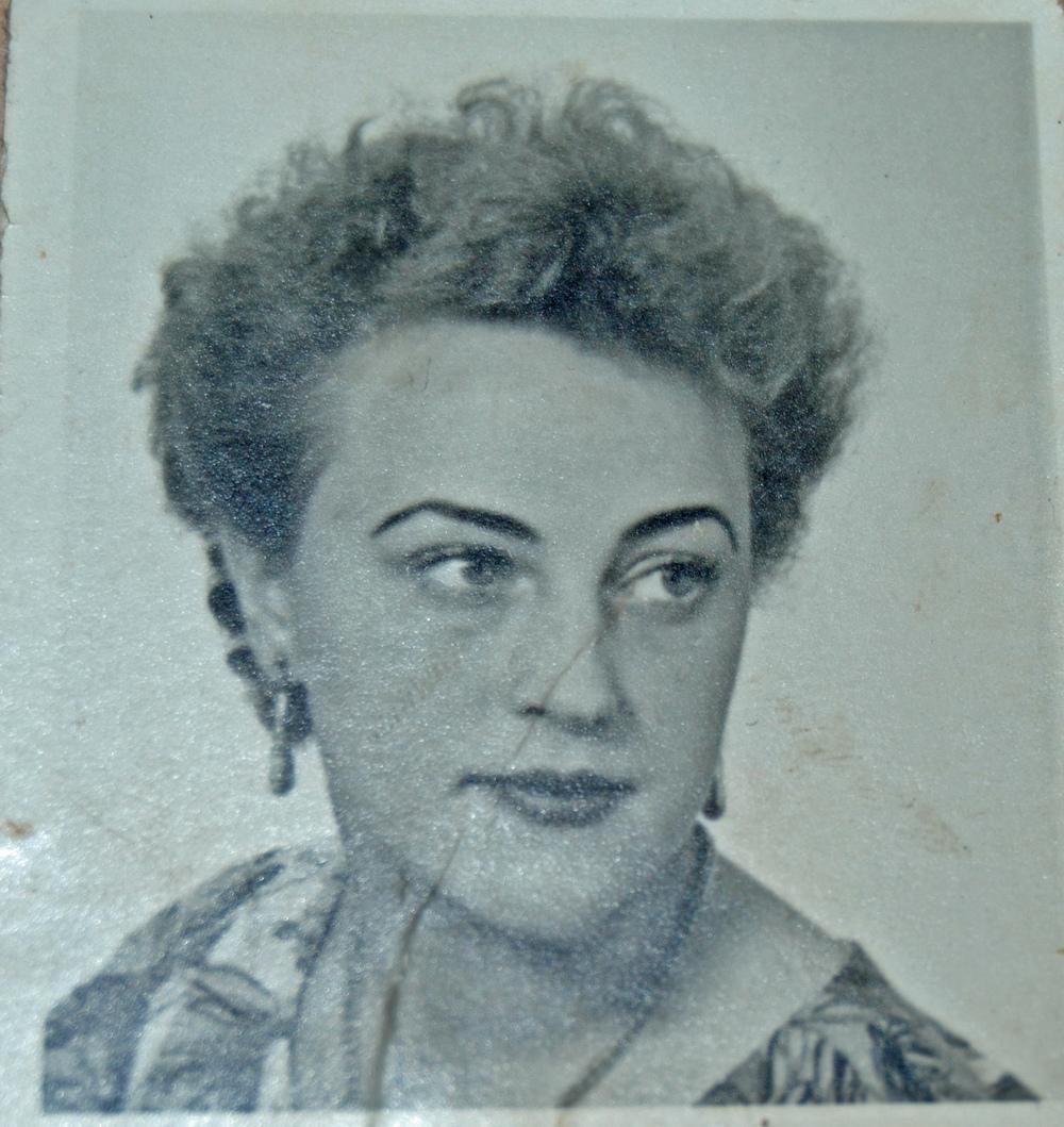 Vackra Astrid, en av tjänsteflickorna på Fredriksberg och också en av dem som bodde i pigkamrarna på vår ovanvåning...