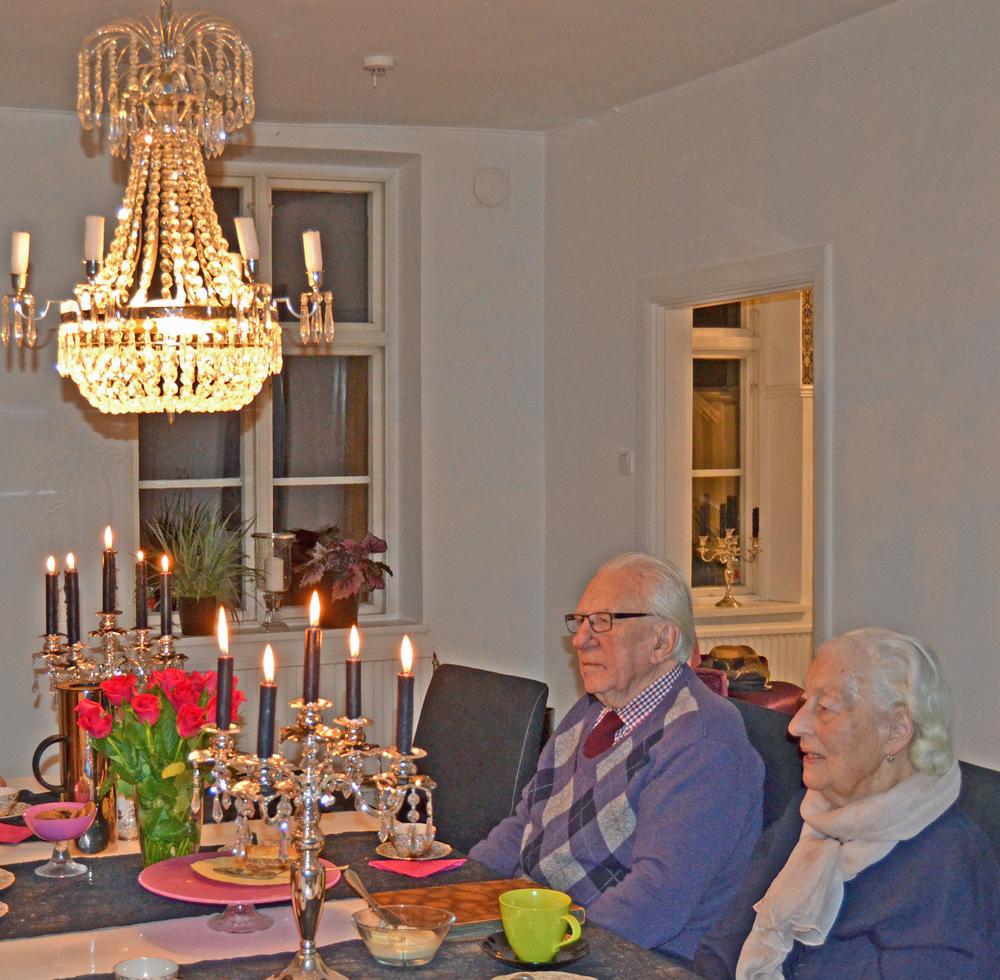 Också vackra Inger och hennes käre make, i nutid, i vår matsal, en söndagseftermiddag...