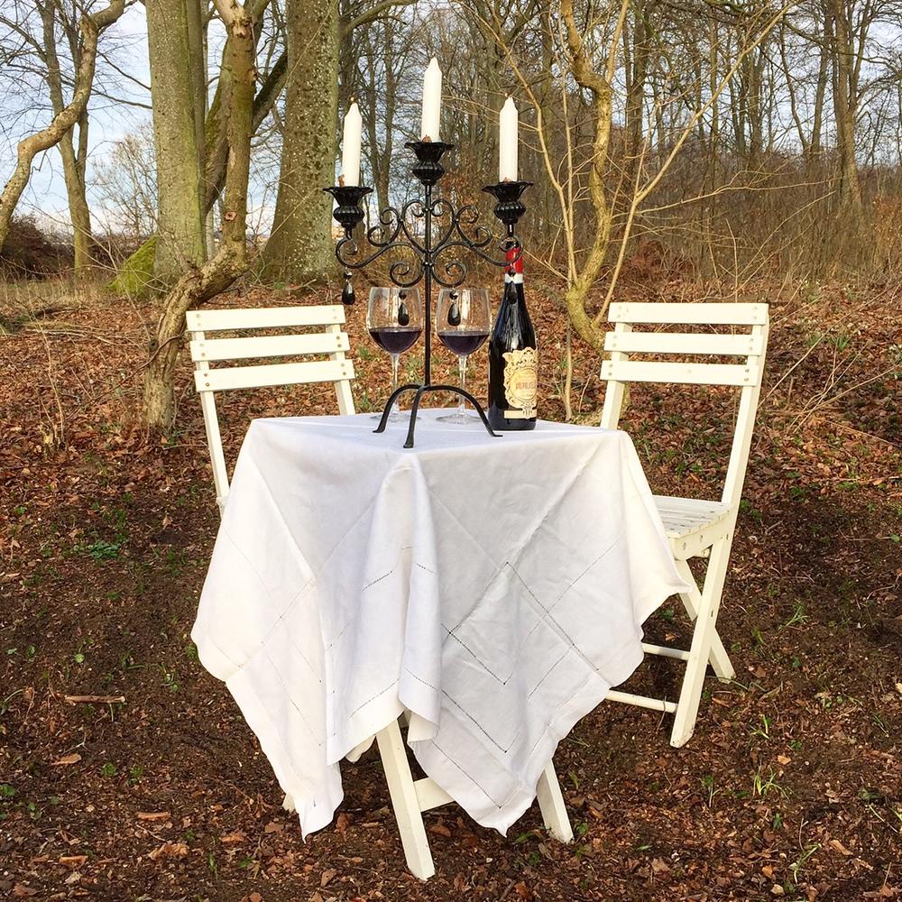 I väntan på att kunna förverkliga visionen, får en vit linneduk och en kandelaber duga;-).