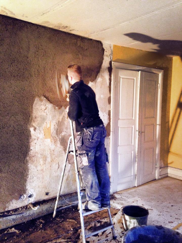 Väggar, tak och lister målades i samma obrutna, vita kulör - för att ge en lite modernare känsla och låta skuggorna från stuckaturer och profiler istället skapa effekterna.