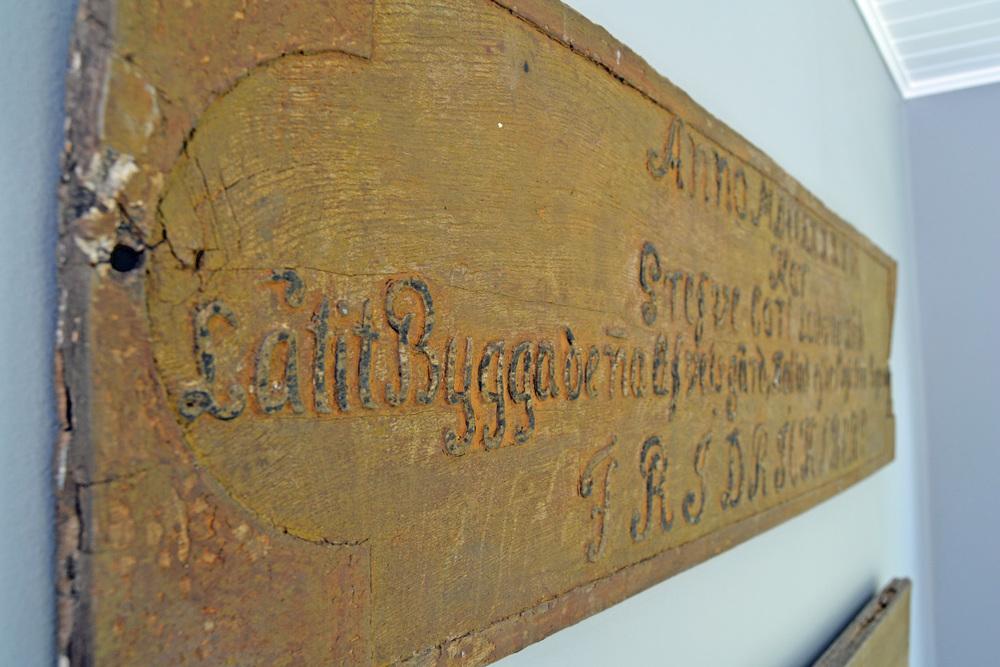 Här ser man att allting, inkl bokstäver, är utskuret i träet och sen har man bränt bokstäverna för att framhäva texten.