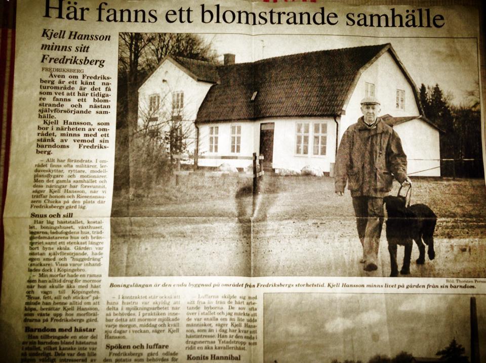 """På bilden i denna tidningsartikel, sitter båda fasadtavlorna uppe, mitt på husets framsida. Det blir på den ytan vi kommer låta """"skriva"""" Fredriksberg -och rakt ovanför, på nocken, ska vindflöjeln sitta.  På något sätt kommer vi också föreviga vår stora insats på Fredriksberg, som är den tredje på 220 år. 1796, 1867 och 2014/2015. Vi är dock inte överens om våra """"titlar"""" än;-)... hahaha... Vi är ju varken grevar, consuler, baroner eller patroner:-).  Kram på dig och trevlig helg!  Anna <3"""