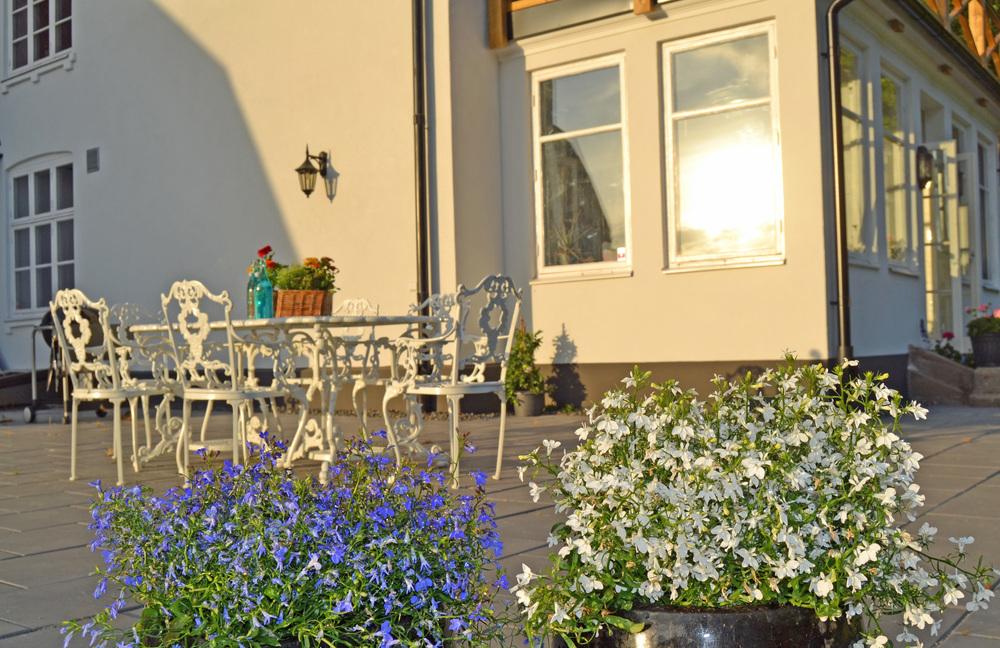 Det finns så mycket vackra möbler, krukor och växter som vi vill inreda terrassen med... En sak i taget;-). Det här vita möblemanget ska flytta ut i trädgården, under körsbärsträdet. Påterrassen ska vi istället ha ett stort, runt bord med sköna rottingfåtöljer till.