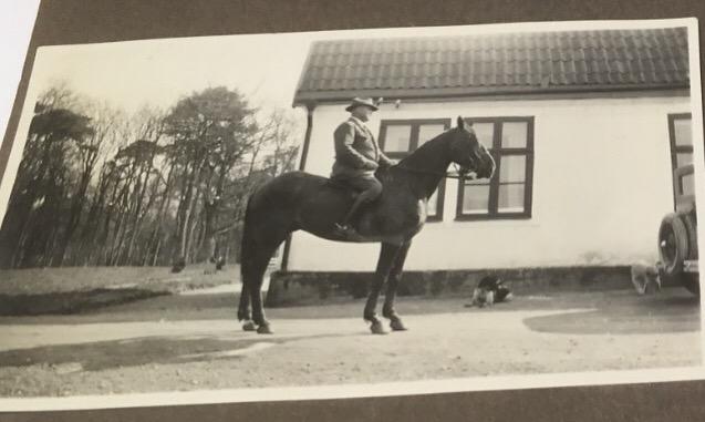Här sitter ståtlige patron Bengtsson på hästryggen, utanför östergaveln på Fredriksberg.