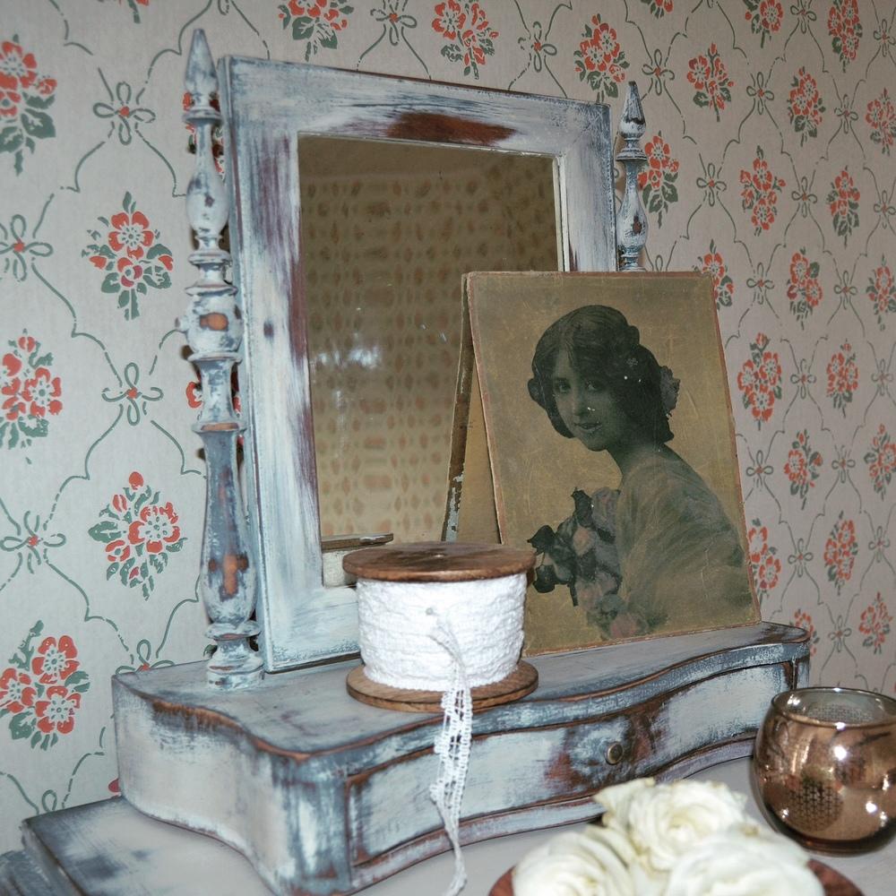 """Pigtittaren... Här ställde vi dessutom bilden av """"damen"""" som vi hittade på vinden när vi rensad där."""