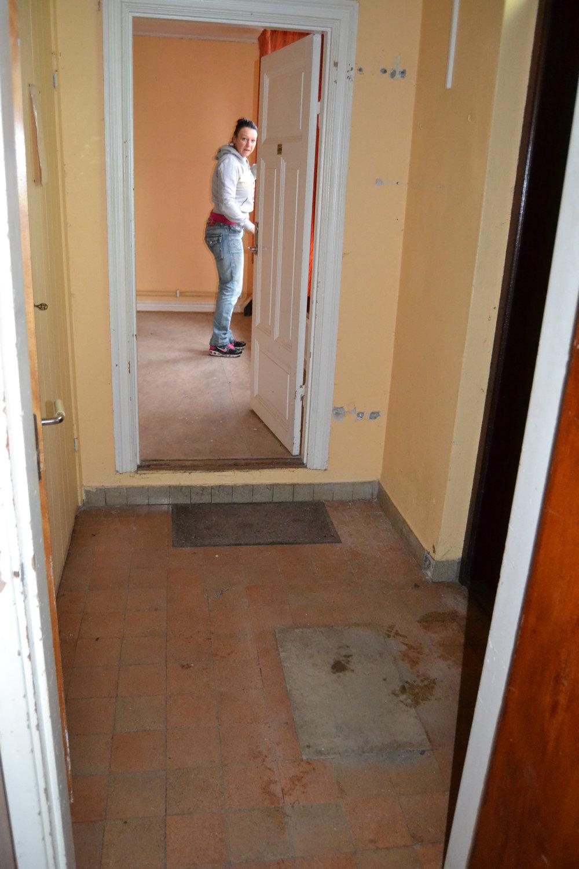 Här står jag inne i ett av Louise rum, redo att hugga i. Fotografen står i köket och får därför med en stor del av entrén.