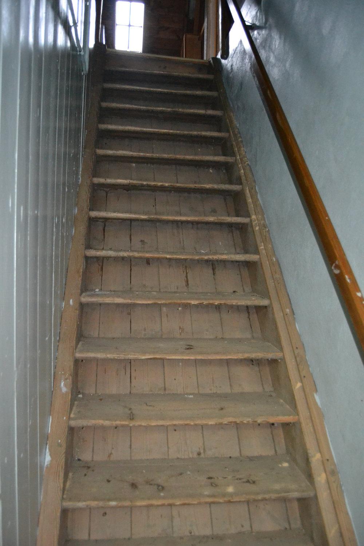 Den gamla pigtrappan som ledde upp till vinden och pigkamrarna. Och den kändes verkligen som en vindstrappa.