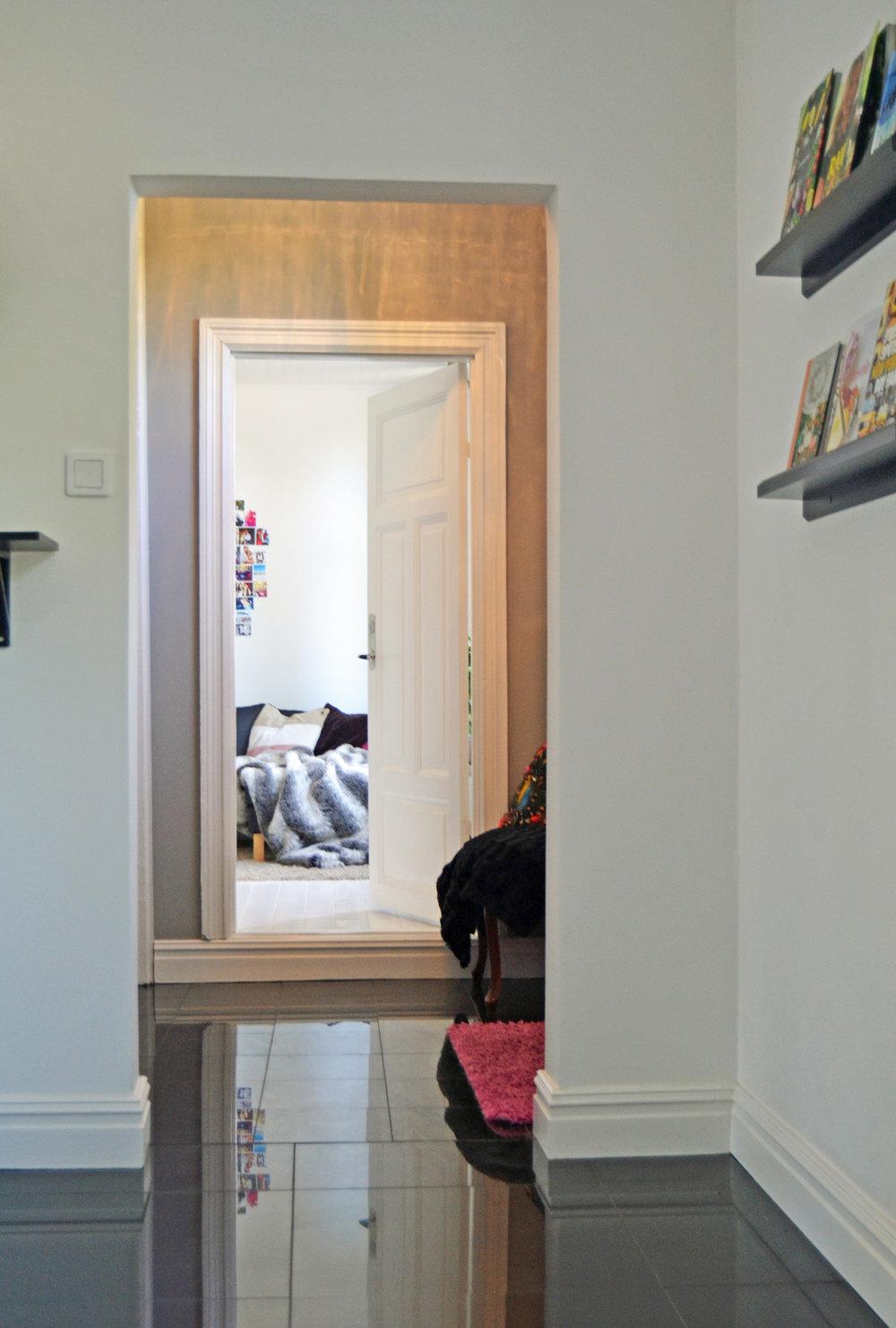 Öppet mellan köket och lilla entrén och längst bort skymtas Louise rum.