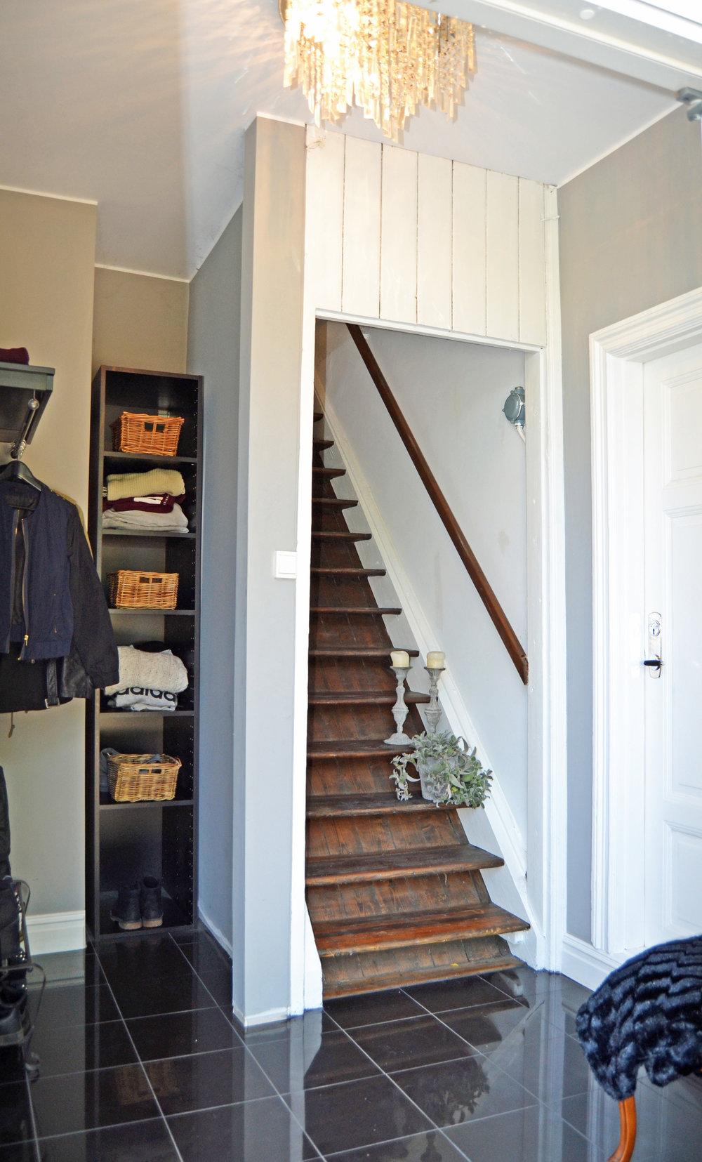 Louise dörr till höger, ingång till kök till vänster...
