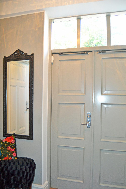Den nya ytterdörren är tillverkad efter originalet, med överljus, som fortfarande satt kvar i stora entrén - om än lite rutten;-)