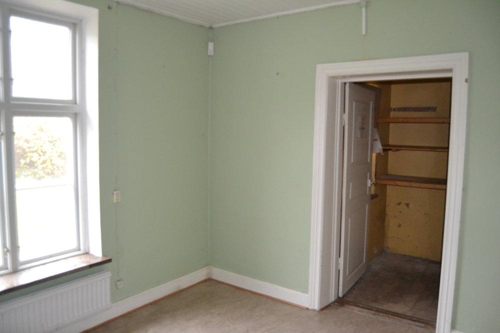 Det innersta rummet var mintgrönt och hade förmodligen varit någon form av sambandscentral... Här fanns det stora kartor på väggarna... En kommunalgrå/beige plastmatta på golvet och fönster och dörrar på alla väggar. Här fanns inte en hel vägg att kunna möblera på.