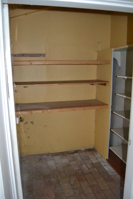 """På husets västergavel fanns en gammal tillbyggnad som vi ganska omgående bestämde oss för att riva. Denna tillbyggnad nådde man via två dörrar från Louise´s rum, så i och med att vi kunde sätta igen de två dörrarna, plus en till som gick till skafferiet - så löste vi """"problemet"""" med att det inte fanns några hela väggar i rummen.  Så, några """"timmar"""" senare... Var brädgolven framplockade, slipade och vitmålade. Pärlsponten i taket bevarades och renoverades varsamt. Väggarna putsades om... och, ja, allt annat som behövdes fixa, blev fixat och så här blev det!"""