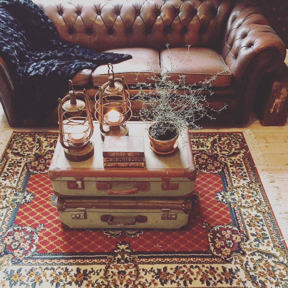 Chesterfieldsoffa från  Lauritz , med tillhörande två fåtöljer som står i vårt sovrum. Resväskorna har fyndats lite här och där, bland vänner och på  Blocket .