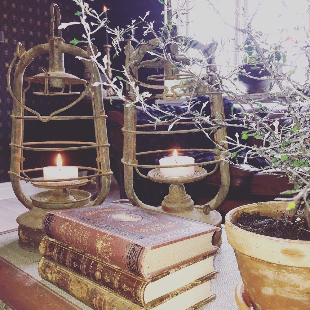 De gamla rostiga fyrlyktorna är vårt senaste fynd från  Auktionshuset Syd . Antikvariska böcker har vi samlat på oss under några år. Det krävs MÅNGA för att fylla en hel bokhylla;-).