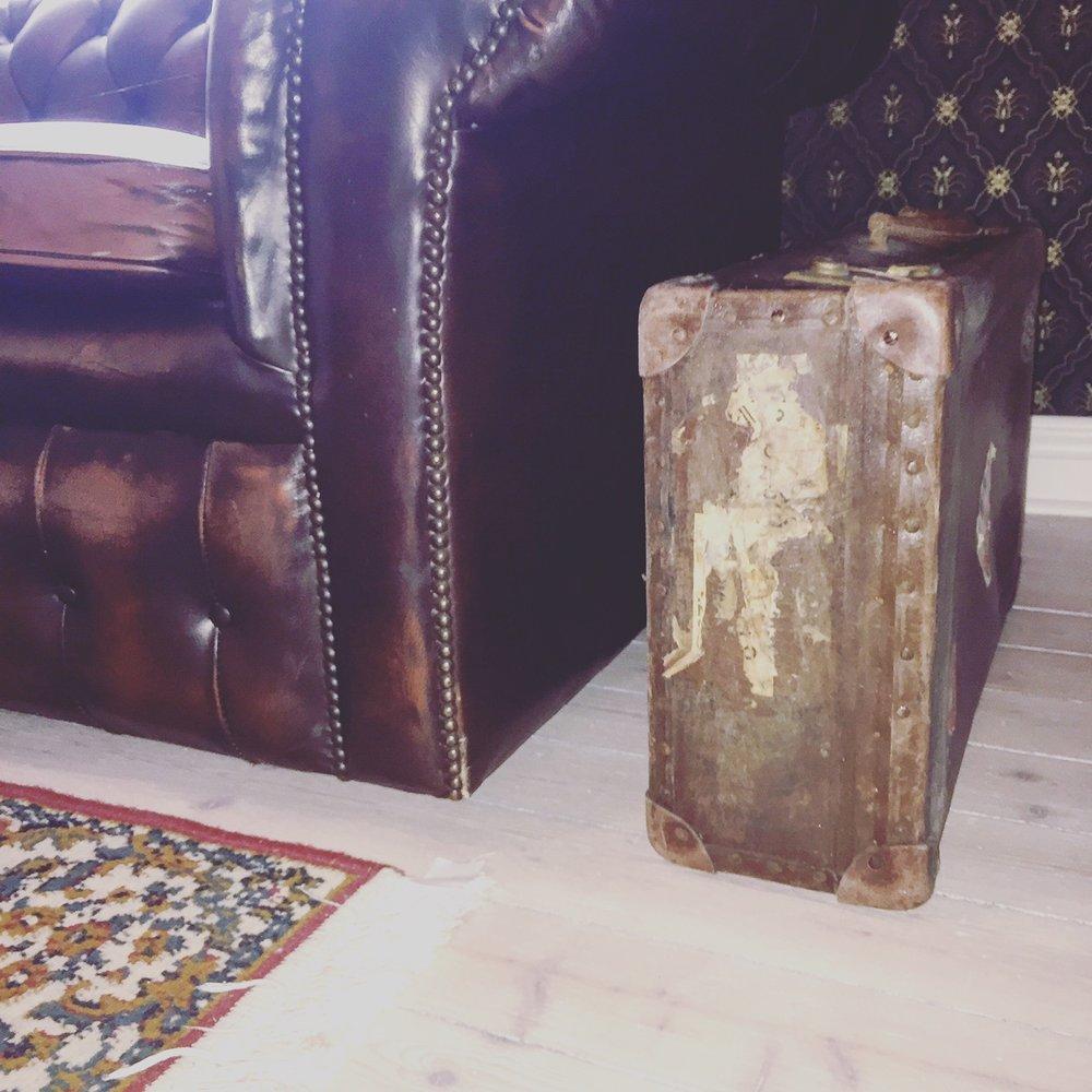 Den här resväskan har varit med om ett och annat... Den symboliserar livet och vart vi är på väg. Upptäckarglädje<3.