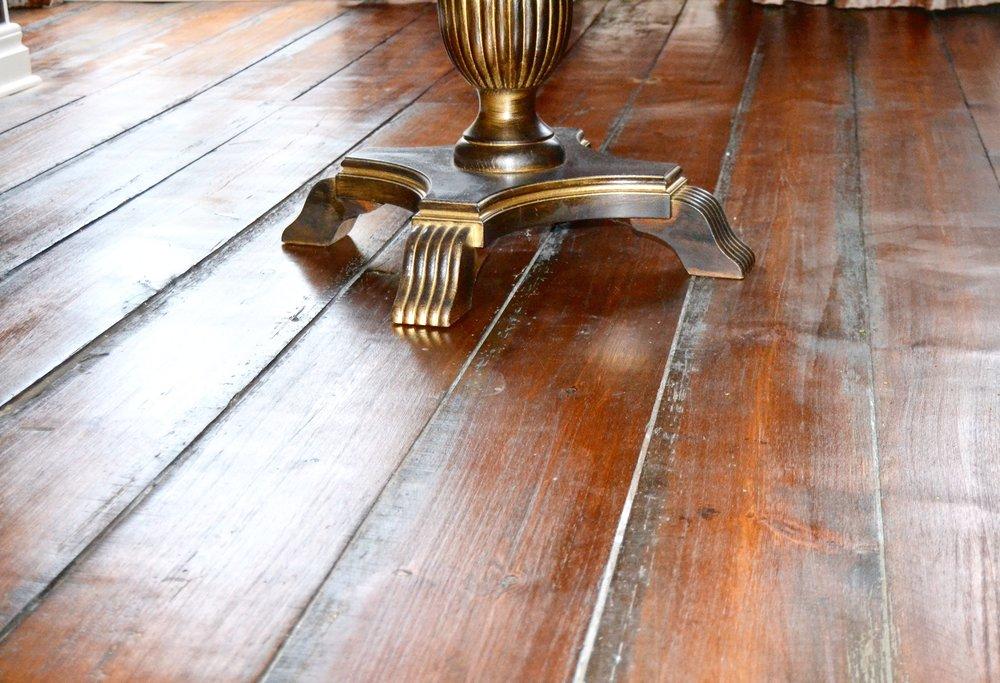 Golv... Vi har räddat i princip alla golv i huset. Många låg gömda under masonit med miljontals spikar. Många hade säkert tyckt att det var enklare att lägga in 500 kvm nytt golv, men du kan aldrig få den känslan i nya brädor, som du har i de gamla.