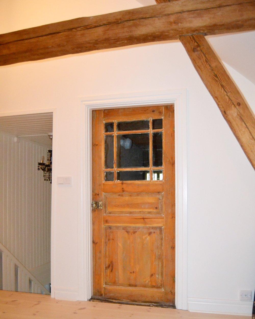 Kanske husets vackraste dörr med munblåst glas. Den blev över när vi byggde om ovanvåningen, men självklart hittade vi en annan plats för den.