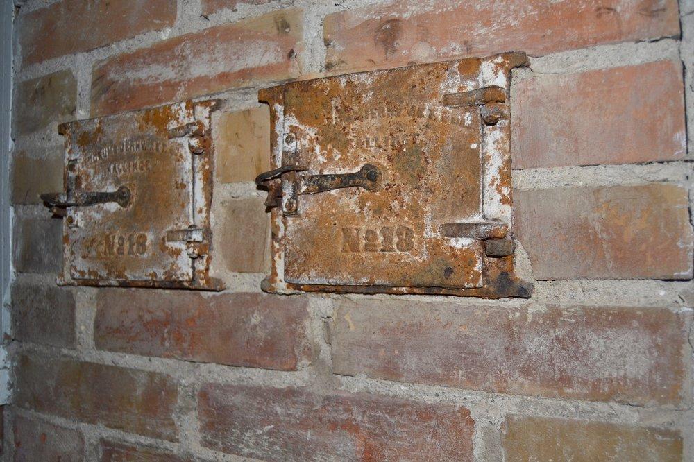 Rensluckor till en skorsten som är fimpad under taknocken... Vad fyller de för funktion? Utsmyckning så klart:-).