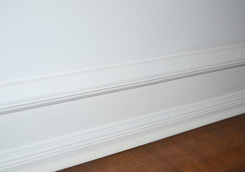 Alltså de här golvsocklarna... Var hittar man sådana idag?? Visst, de var jäkligt slitna och många timmar krävdes med slipning och målning och vår specialsnickare fick också tillverka några bitar att komplettera med - MEN det var värt varenda timme!