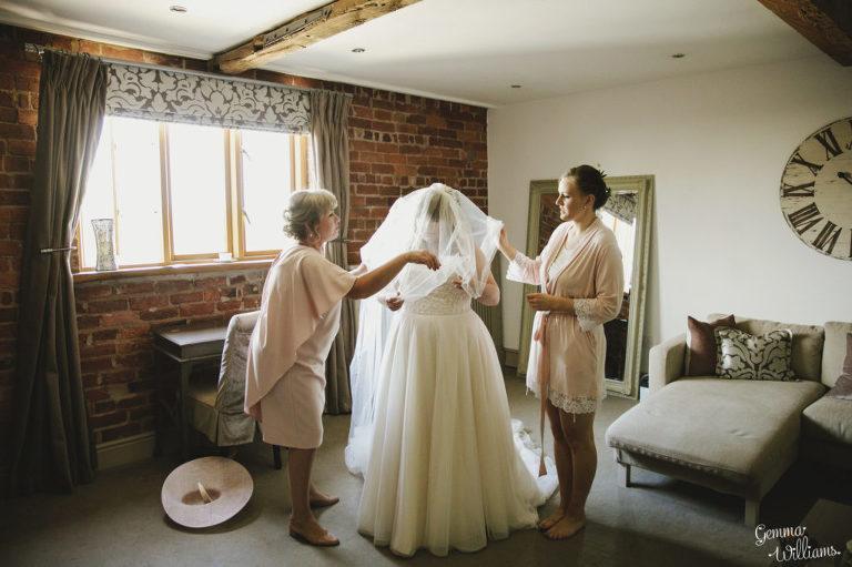 Curradine-Barns-Wedding-GemmaWilliamsPhotography013-1024x682(pp_w768_h511).jpg