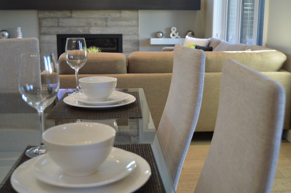 dining-table-1078883_1920.jpg