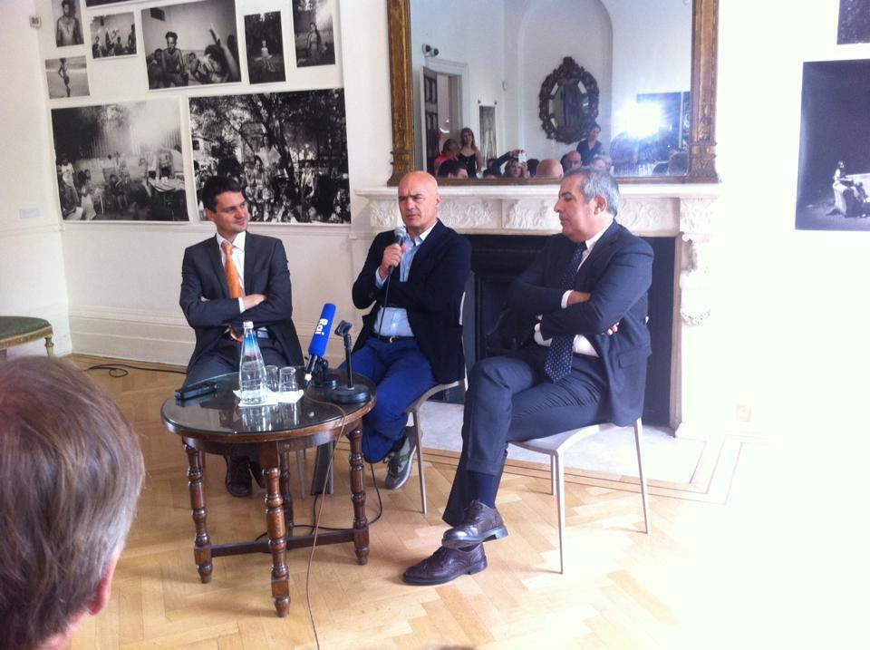 """Da sinistra, il curatore della mostra """"Sicily: Culture and Conquest"""" al British Museum Dirk Booms, Luca Zingaretti e il direttore dell'Istituto di Cultura a Londra Marco Delogu. Photo credits Francesca Marchese"""