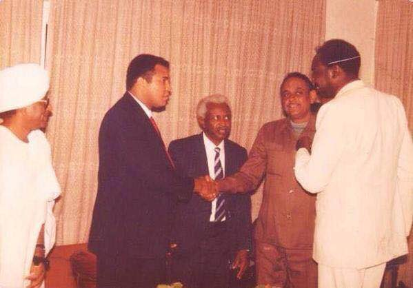 Muhammad Ali shaking hands with Sudanese former boxer Abdellatif Mohammed Abbas. Sudan, 1988. (via Ahmed Tariq)