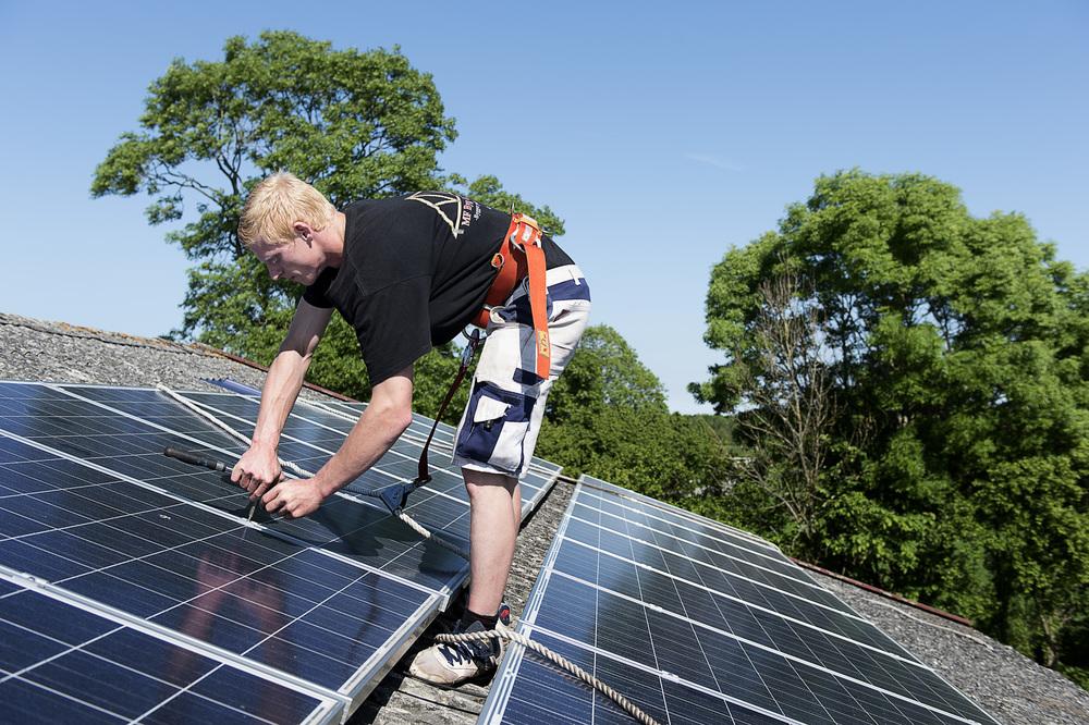 Montør, Mike Fledelius monterer solcelleanlæg