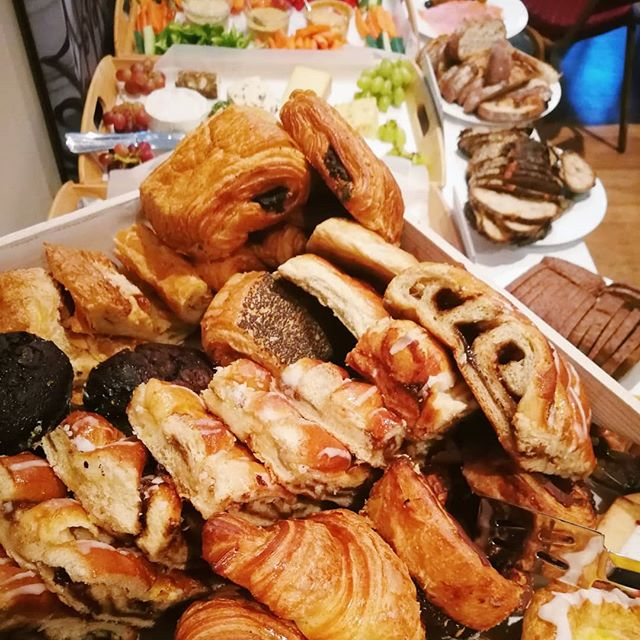 Surplus baked treats, cheeses, charcuterie, veggies, fruits, and more 😘 @dayoldeats is catering at the Intrapreneurs' Brunch hosted by @yearhere at the lovely @grosvenorchapel 🍞🧀💕 Amazing food fueling amazing people who are creating social impact at their workplaces 😎💪🙌 PM us today to book DayOld at your event for great food that figts food waste and food poverty 🍓🍎🍐🍒🍍