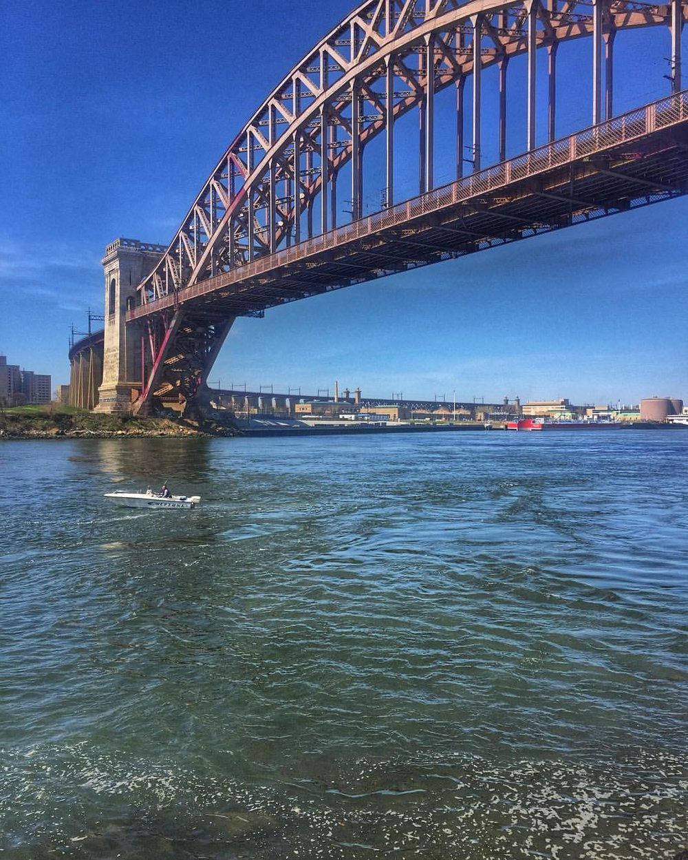 Barely made it out today to enjoy this beautiful weather so I'll have to rely on my photos from Astoria Park on Saturday. Also that little boat was called Neptune. #queenscapes #astoriaqueens #astoria #astoriany #queenslove #astoriapark #ditmars #hellgatebridge #ditmarsblvd #heartofqueens (at Astoria Park)