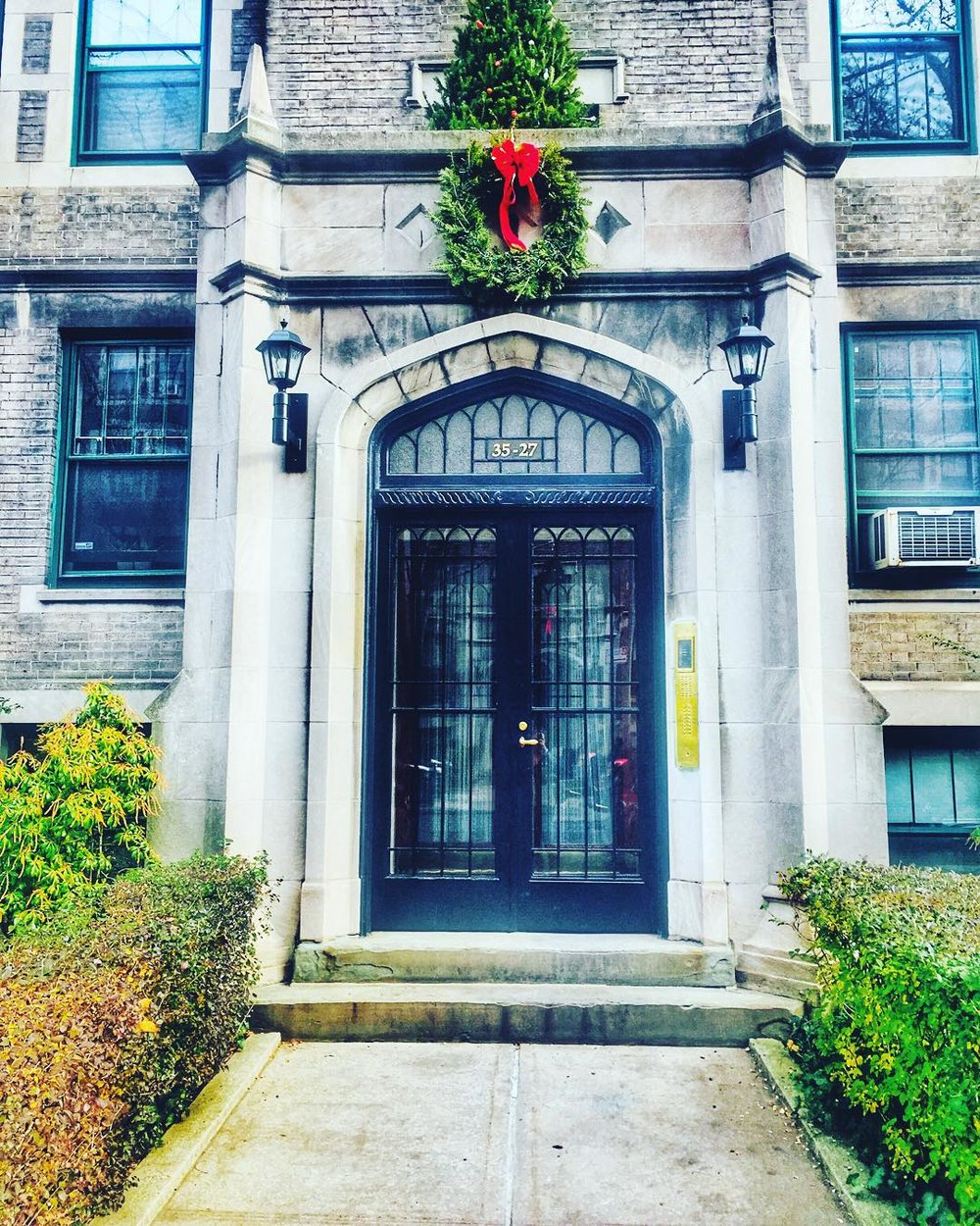 Obsessed with the Greystones on 80th Street in Jackson Heights.  Last week's stroll through JH led me to @espresso77newyork for a meeting with @davidorellanaco, Christmas shopping at @lockwoodjacksonheights & running into @jacksonheightsqns!           #jacksonheights #jacksonheightsny #apartmentgoals #queenscapes #heartofqueens #queens #queensnyc #queensnyc  (at 82st Jackson Heights, Queens)