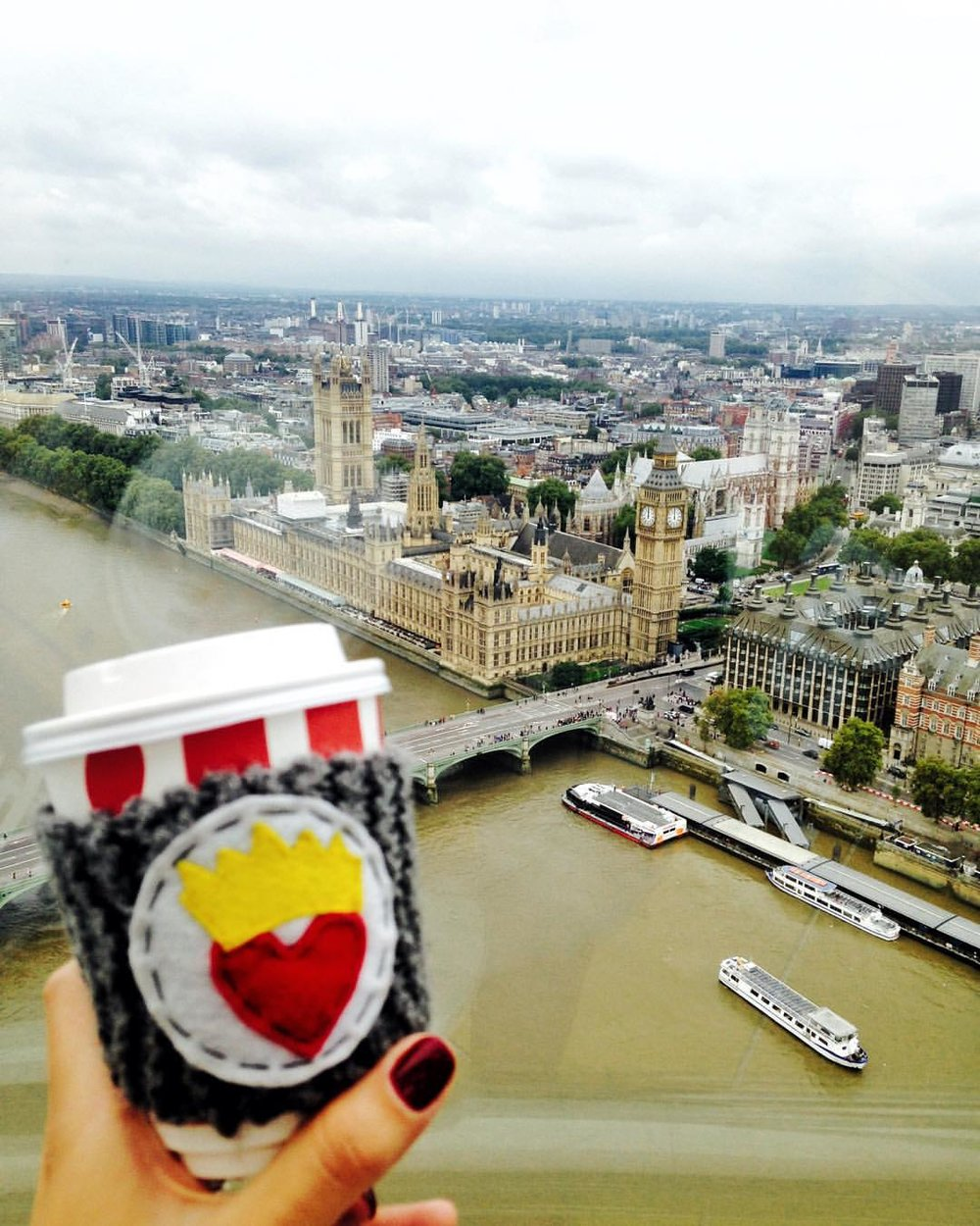 My friends and I are all going to be in different countries over the next few weeks.  But we're all connected by heart(of queens).        This is @mary2687 with her @queensbabies #heartofqueens coffee cozy overlooking Big Ben in #London.  ❤️👑      #lovemyfriends #queensbythequeen #bigben  #HOQtravels  (at The Official London Eye)