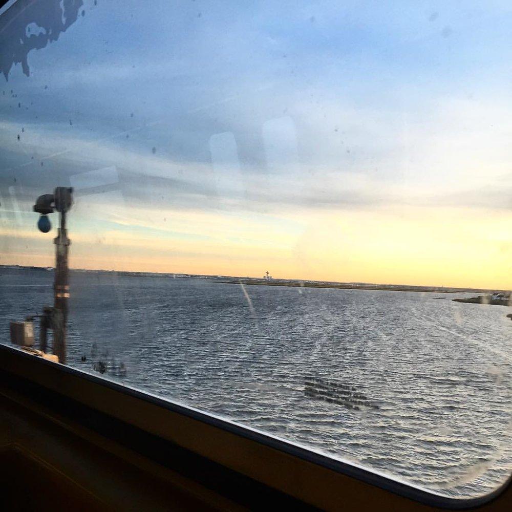 Monday commute sunrise 🌄 S➡️A via @lizzygilly23         #rockaway #rockawaybeach #queenscapes #queenscommute #seeyourcity #itsinqueens #heartofqueens  (at Rockaway Beach, NYC)