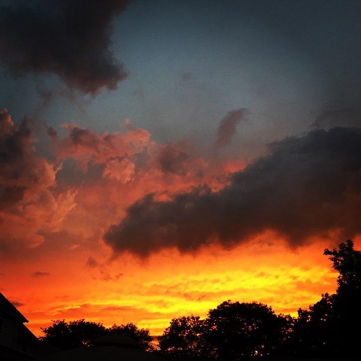 Sky on 🔥 in #Bellerose via @meagelizabeth        #queens #belleroseny #queenscapes #heartofqueens  (at Bellerose, Queens)