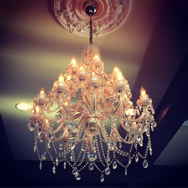 Love this chandelier at Banter in #ForestHills Tthanks for brunch @jayflo0800 ❤️my family @bmickg @gozdemir_ @smjhhh87 #cousinsbrunch (at Banter Irish Bar and Kitchen)